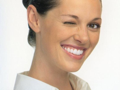 こちらの写真は、インビザライン(アライナー型矯正装置)装着中のモデルさんです。サムネイルをクリックして拡大画像をご覧ください。