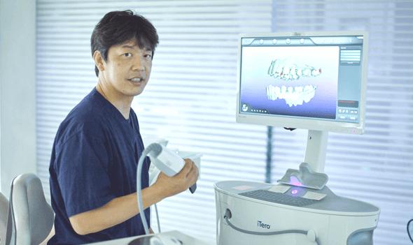 口腔内スキャナー(iTero)を手に持つ佐本先生